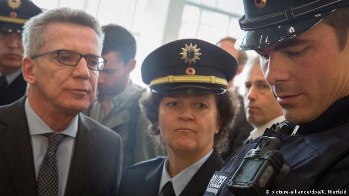 Глава МВД Германии Томас де Мезьер с полицейскими