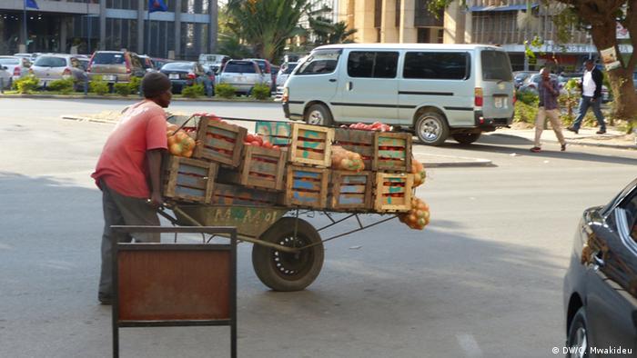 Sambia Straßenhändler in Lusaka (DW/C. Mwakideu)