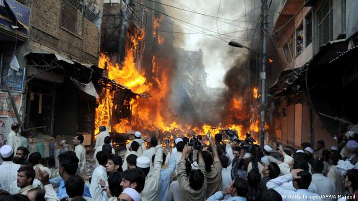 Pakistan PeschawarBombenanschlag auf Markt mit 125 Toten