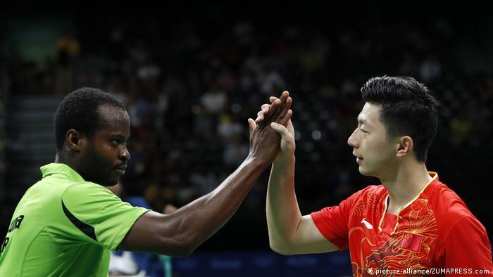 图 阿鲁纳在2016年里约奥运会四分之一决赛后祝贺中国的马龙