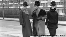 Der Berliner Modeschöpfer Heinz Ostergaard kennzeichnete seine Kollektion für Herbst und Winter 1963/64 als Soft-Look. Die Konturen sind flüssig, biegsam und elegant. Das Bild vom 23.04.1963 zeigt drei Modelle.   Verwendung weltweit Copyright: picture-alliance/dpa/K. Giehr