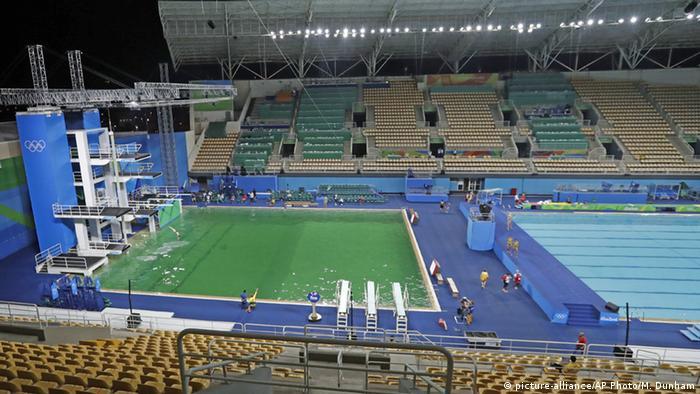 Brasilien Olympische Spiele in Rio - Grünes Wasser im Springerbecken