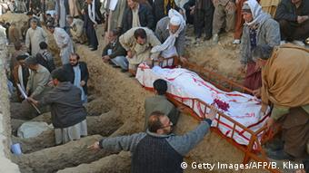 Pakistani Shiite Muslims bury the coffins of victims of the twin bombings during the funeral ceremony in Quetta on January 14, 2013 (Photo: Getty Images/AFP/B. Khan)