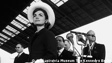 Archiv 1963 STEVE SCHAPIRO, JACQUELINE KENNEDY AT THE ARRIVAL OF THE SHAH OF PERSIA, WASHINGTON, D.C., 1963 S. Shapiro/via Museum The Kennedys Berlin