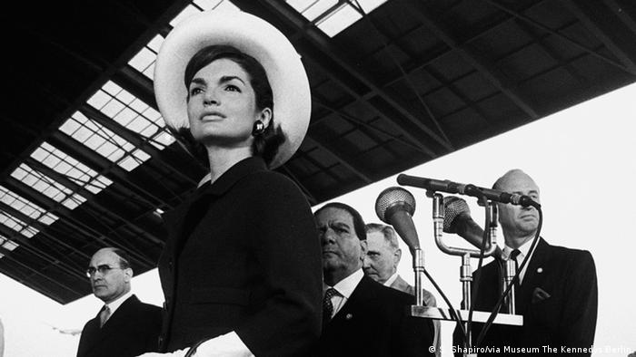 JACQUELINE KENNEDY AT THE ARRIVAL OF THE SHAH OF PERSIA, WASHINGTON, D.C., 1963 (S. Shapiro/via Museum The Kennedys Berlin)