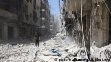 26.07.2016 ALEPPO, SYRIA - JULY 26 : Syrians inspect the damage after Asad Regime forces' attack on opposition controlled Meshed region in Aleppo, Syria on July 26, 2016. Ibrahim Ebu Leys / Anadolu Agency Copyright: picture alliance/AA/I. Ebu Leys