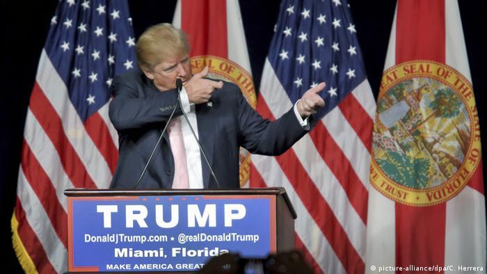 USA Miami Trump Mimik zu Gebrauch von Schusswaffen (picture-alliance/dpa/C. Herrera)