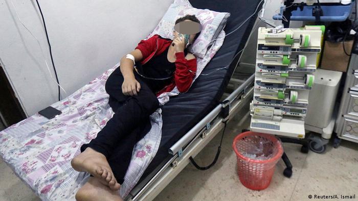 Syrien Aleppo Krankenhaus Patient mit Atemmaske nach Giftgas Angriff (Reuters/A. Ismail)