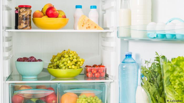 Salat in ein leicht feuchtes Geschirrtuch eingewickelt, Gemüse, Obst und Milchprodukte immer im Kühlschrank lagern.