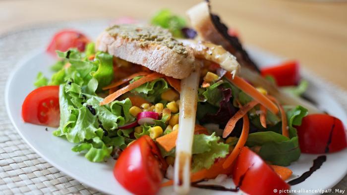 Un plato con ensalada de verduras.