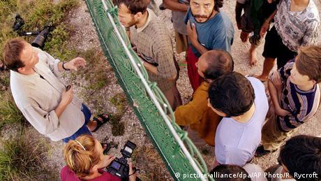 Refugiados en la isla de Nauru hablan con periodistas a través de una cerca (picture-alliance/dpa/AP Photo/R. Rycroft)