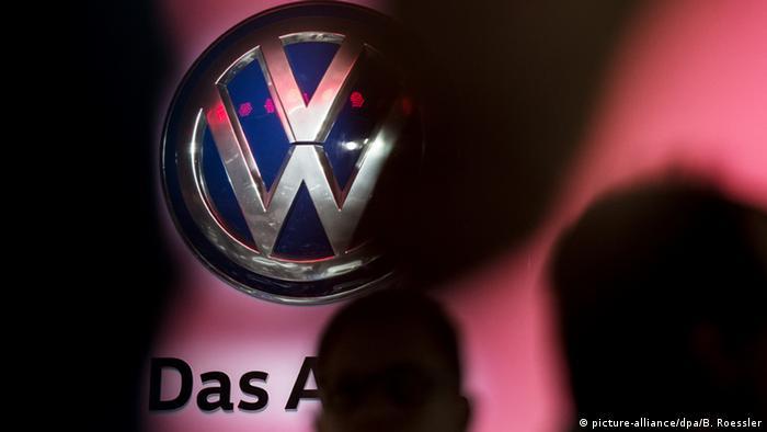 Deutschland Volkswagen Logo in Frankfurt am Main (picture-alliance/dpa/B. Roessler)