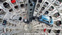 28.04.2016 ARCHIV - Neuwagen von Volkswagen stehen am 28.04.2016 in den Autotürmen der Autostadt am VW Werk in Wolfsburg (Niedersachsen). Die Volkswagen AG präsentiert am 28.07.2016 die Kennzahlen für das 2. Quartal 2016. Foto: Julian Stratenschulte/dpa +++(c) dpa - Bildfunk+++ Copyright: picture-alliance/dpa/J. Stratenschulte