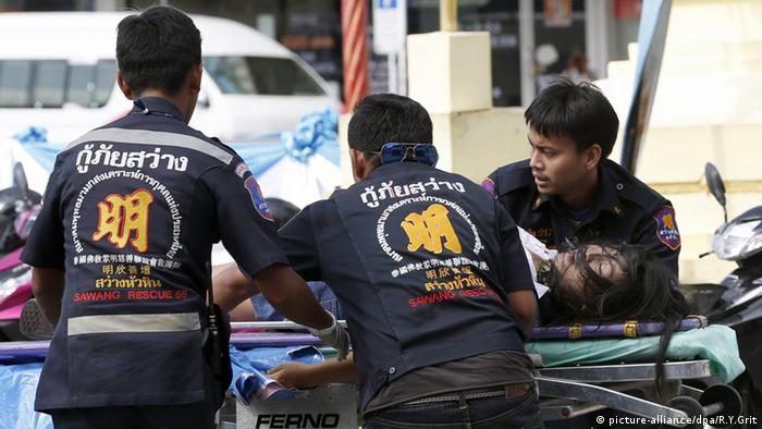 Rettungskräfte im thailändischen Hua Hin beeilen sich, die Verletzten zu bergen (foto: dpa)