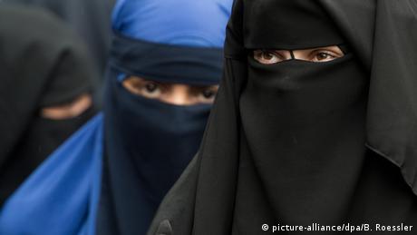 Women seen wearing niqab in Germany (picture-alliance/dpa/B. Roessler)