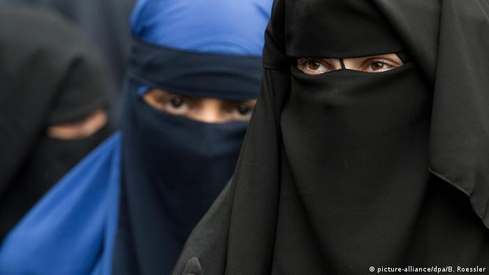 Femmes vues avec le niqab en Allemagne (photo-alliance / dpa / B.Roessler)