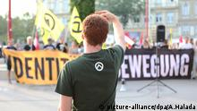An Identitarian at a protest in Austria (picture-alliance/dpa/A.Halada)