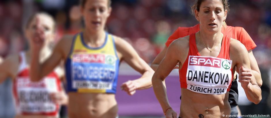 Silvia Danekova (d) em competição em 2014