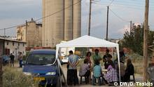 08.2016 The Mobile Info Team informs a group of refugees outside the refugee camp of Softex - a former factory located at the industrial area of the Thessaloniki. +++Das Mobile Info Team informiert Flüchtlinge vor Ort; Copyright: DW/D. Tosidis