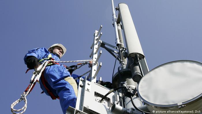 Deutschland Techniker bei Wartungsarbeiten an Mobilfunkmasten in Teltow