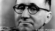 ARCHIV - Das Porträt zeigt den Dramatiker und Lyriker Bertolt Brecht (undatiertes Archivfoto). Foto: dpa (zu dpa: «Theatergenie, Frauenheld und Medienprofi - 60. Todestag von Brecht» Wiederholung am 12.08.2016) +++(c) dpa - Bildfunk+++ | Verwendung weltweit picture-alliance/dpa