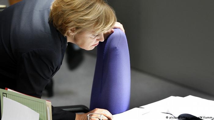Angela Merkel liest ein Dokument
