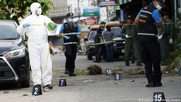 Thai forensic police officers and member of Explosive Ordnance Disposal (EOD) inspect a scene, where a bomb exploded on late 11 August, at a popular tourist area in Hua Hin, Thailand, 12 August 2016 (Photo: picture-alliance/dpa/A. Yongrit)