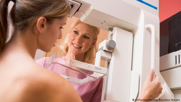 Frau bei Mammografie