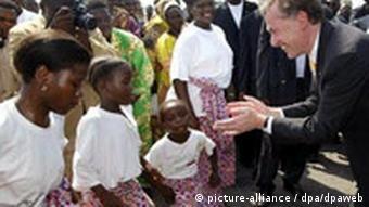 Köhler on a visit to Benin greeting schoolchildren