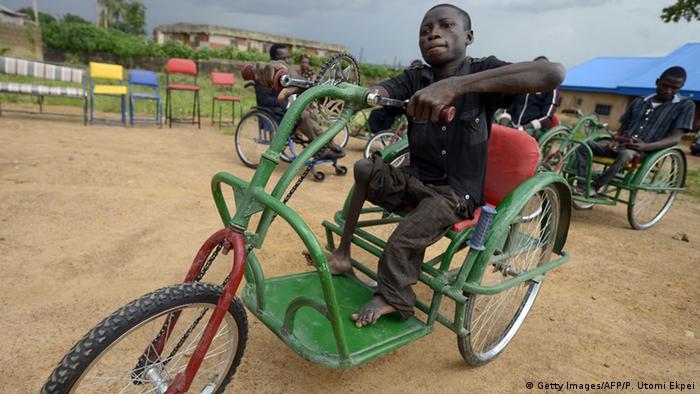 Lebenslang gezeichnet. Ein als Kind an Polio Erkrankter junger Mann in Nigeria (Getty Images/AFP/P. Utomi Ekpei)