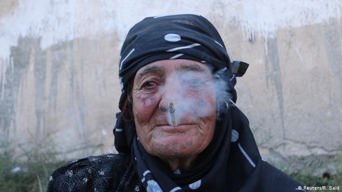 Женщины Манбиджа демонстративно курят