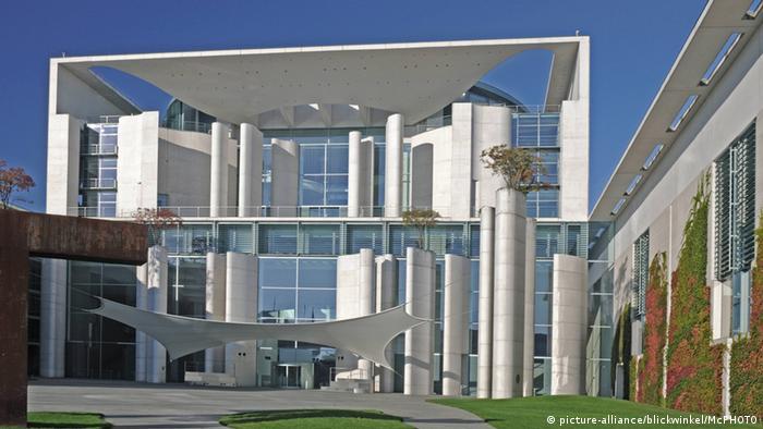 Berlin Kanzleramt von außen (picture-alliance/blickwinkel/McPHOTO)