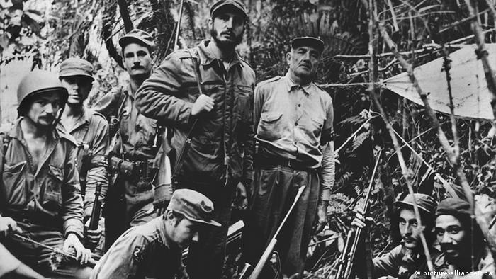Der kubanische Rebellenführer Fidel Castro mit seinem Kommandostab (picture-alliance/dpa)