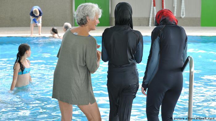 Zwei muslimische Schülerinnen im Burkini in einem Schwimmbad in Berlin (Foto: dpa)