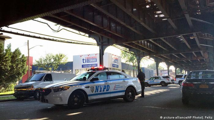 New York City police secure the scene where two men were shot picture-alliance/AP Photo/J. Peltz