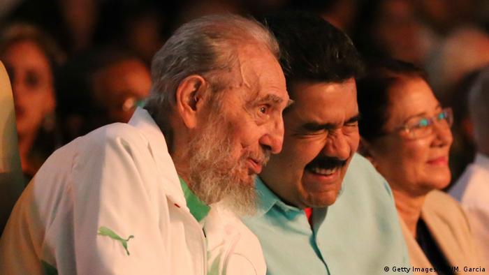 Fidel Castro (links) und Nicolas Maduro im Karl Marx Theater in Havanna (Foto: AFP)