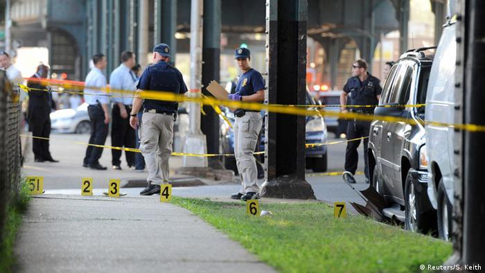 Ermittler bei der Untersuchung des Tatorts (Foto: Reuters)