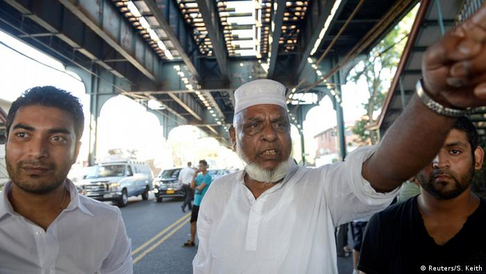 Angehörige der muslimischen Gemeinde am Ort des Verbrechens (Foto: Reuters)