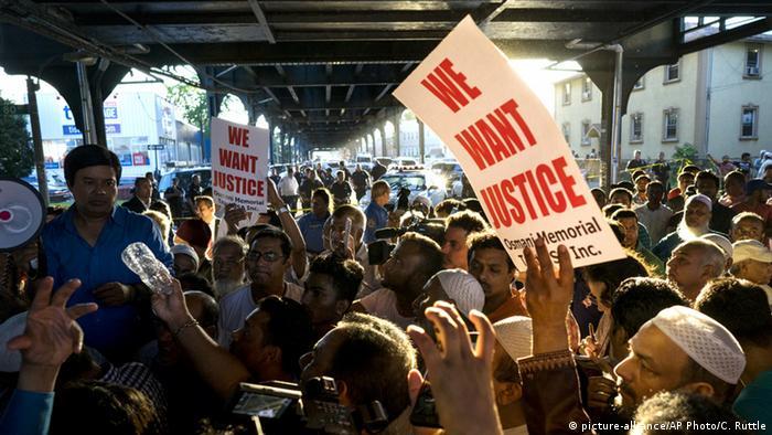 Demonstranten bei einer Kundgebung am Tatort (Foto: AP)