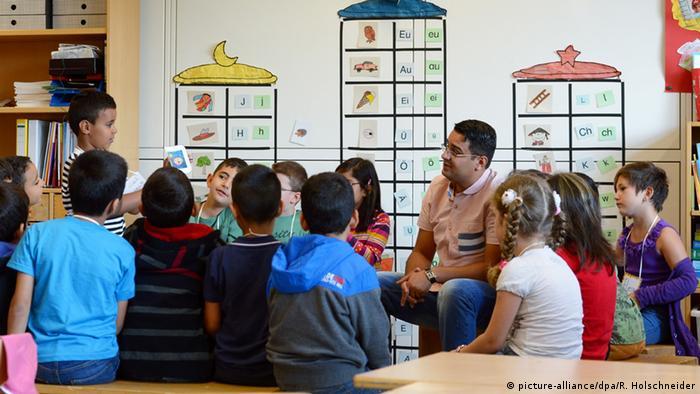 U njemačkoj javnosti se uvijek iznova rasplamsa diskusija oko toga treba li djecu razdvajati po konfesionalnom ključu u školskoj nastavi vjeronauka - učionica s učenicima