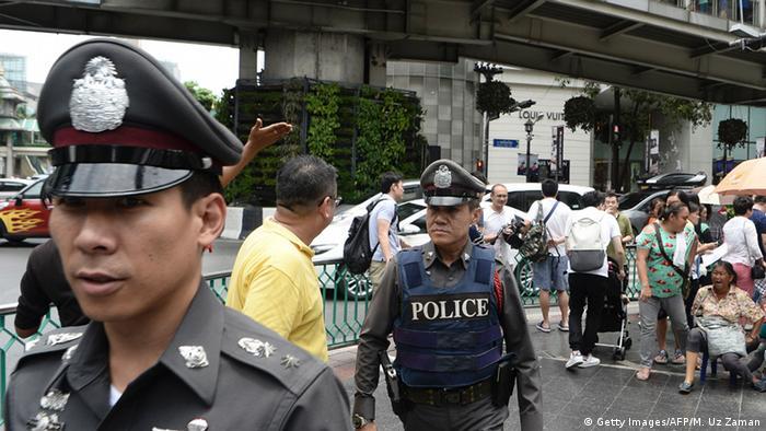 Thailand Bangkok Polzisten auf Straße