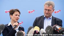 ARCHIV - Frauke Petry (l) und Jörg Meuthen, Sprecher des Bundesvorstands der Partei Alternative für Deutschland (AfD), informieren am 10.07.2015 bei einer Pressekonferenz in Berlin über den zukünftigen Fahrplan der Partei. Foto: Bernd von Jutrczenka/dpa (zu dpa Vor AfD-Konvent: Sonderparteitag und Neuwahl unwahrscheinlich vom 12.08.2016) +++(c) dpa - Bildfunk+++ | Verwendung weltweit picture-alliance/AA/L. Kuegeler