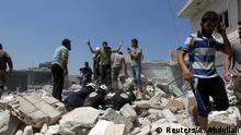 Syrien Männer und Zivilschutz Mitglieder suchen nach Überlebenden