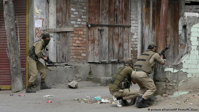 Indien Srinagar Polizisten mit Schusswaffen im einsatz
