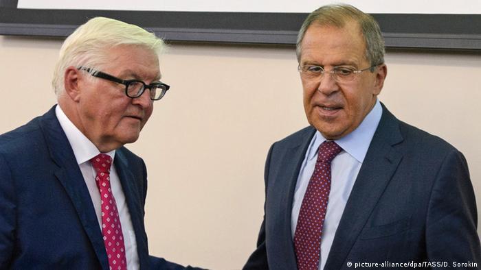Bundesaußenminister Steinmeier (l.) mit seinem russischen Kollegen Lawrow in Jekaterinburg (Foto: dpa/TASS)