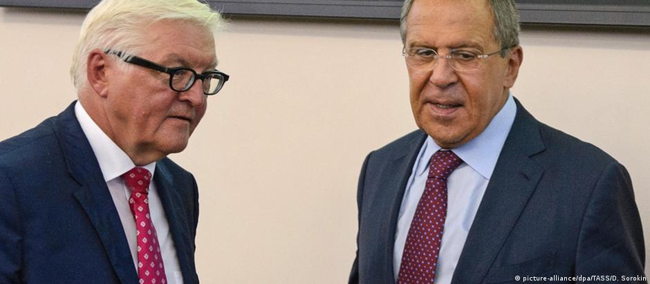 Ministro Frank-Walter Steinmeier (esq.) se reúne com colega de pasta Sergei Lavrov em Ecaterimburgo