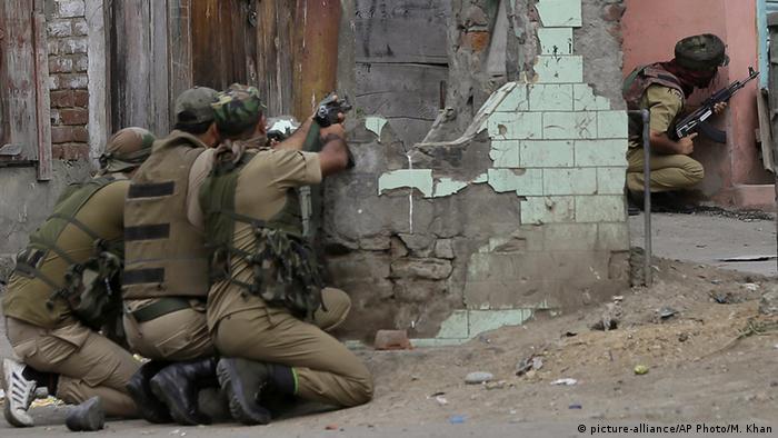 Feuergefechte in Srinagar (Foto: picture-alliance/AP Photo/M. Khan)