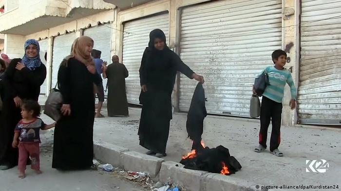 Syrien Manbidsch Videostill Frauen verbrennen Nikab