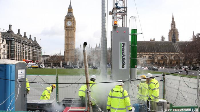 Greenpeace installs a life-like 10-meter fracking rig and drill at Parliament Square in London (Photo: Greenpeace/Kristin Buus)