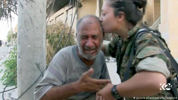 Syrien Manbidsch Videostill Kurdenkämpferin tröstet Mann